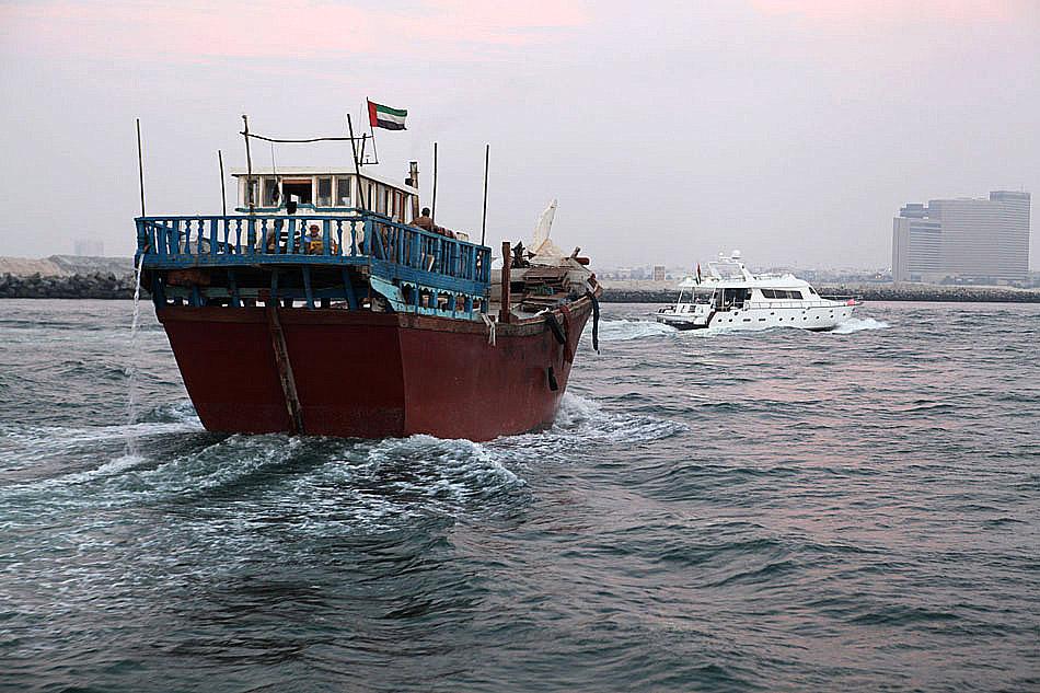 """Tradycyjny kuter drewniany zwany """"dhow"""" na kanale w Dubaju - Dubai Creek"""