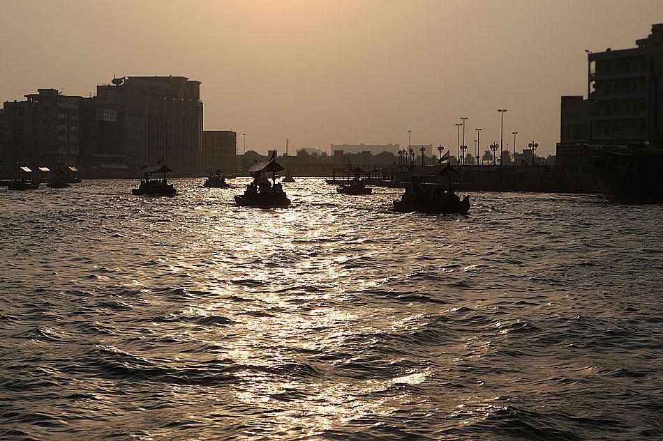 Zachód słońca nad kanałem w Dubai Creek