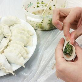 Lekcja lepienia pierożków w szkole językowej Mandarin House -- Szanghaj.