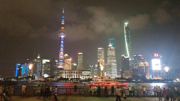 Nocny widok na dzielnicę finansową w Pudong.