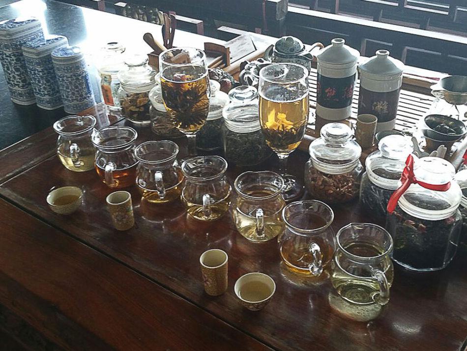 Rozmaite herbaty serwowane w herbaciarni.
