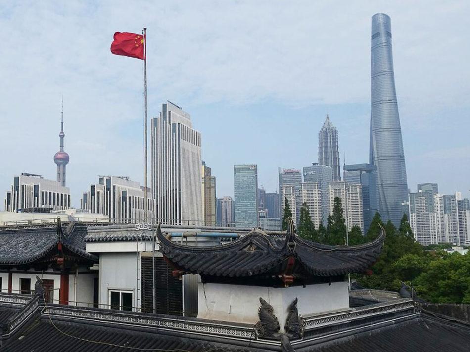 Widok z tarasu herbaciarni na wieżowce Szanghaju.