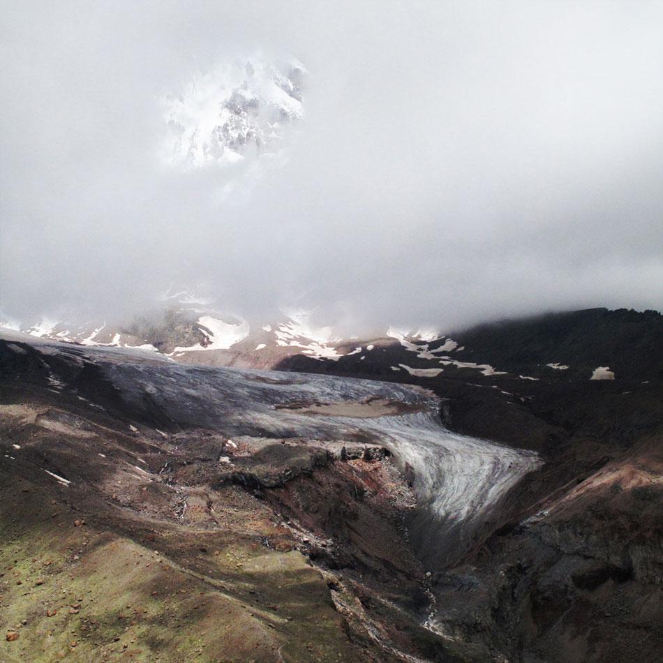 Kazbek w chmurach ponad lodowcem Gergeti