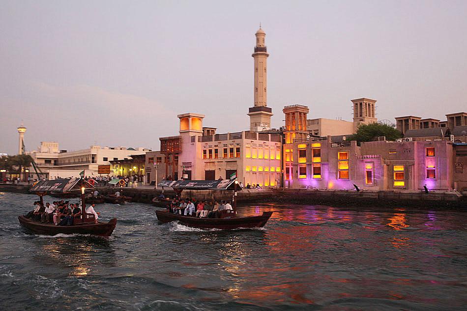 """Drewniane łodzie """"abra"""" na kanale w Dubaju"""